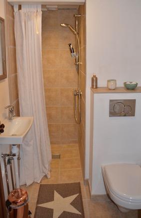 Badeværelse med eget brus og toilet